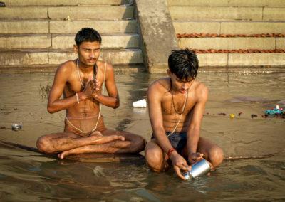 Billede 28, PA200308, To unge mænd badende i Ganges